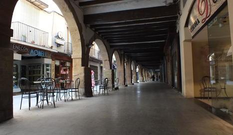 Foto d'arxiu del carrer d'Avall de Balaguer, al centre.