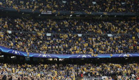 Estelades al Camp Nou durant un partit.
