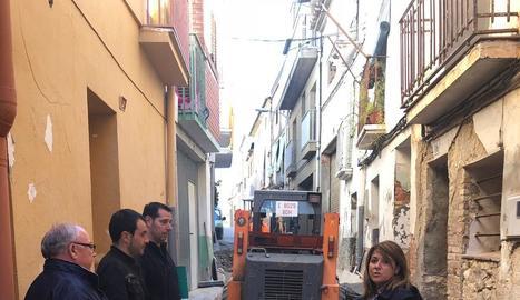 L'alcaldessa, Rosa Pujol, revisa les obres al carrer.