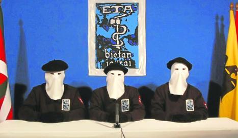 Membres d'ETA, en un comunicat, en imatge d'arxiu.
