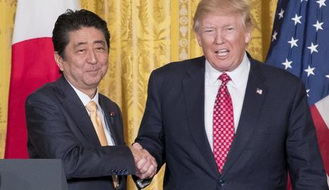 Donald Trump, amb el president japonès, Shinzo Abe, en les negociacions del TPP.