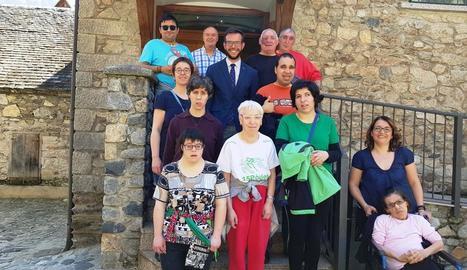 L'alcalde de Bossòst, amb els usuaris del taller de l'associació.