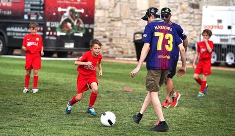 Àlex Màrquez va jugar amb els alumnes de la FCBEscola d'Austin.