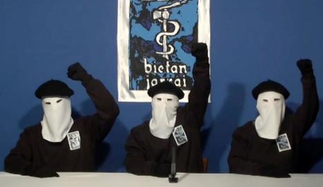 Imatge d'arxiu d'una de les últimes aparicions de membres de la banda terrorista ETA.