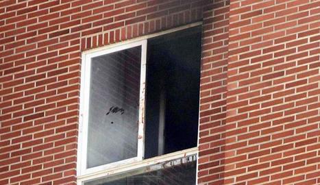 Combo d'imatges en què es veu la caiguda del presumpte assassí d'una mare i la seua filla en un edifici de Vitòria després d'haver-hi calat foc.