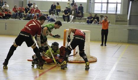 Dos jugadors de l'Alpicat pressiona el porter de l'Alcobendas en una acció del partit d'ahir.