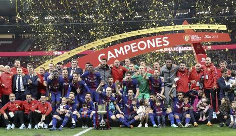 Plantilla i tècnics del Barça posen amb la Copa, la trentena de la història.
