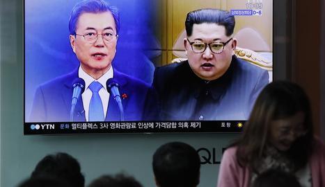 Ciutadans sud-coreans atents a la suspensió del programa nuclear de Pyongyang.