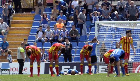 Álex Albístegui lluita per una pilota davant de dos jugadors de l'Hèrcules, en una acció del partit disputat ahir al Rico Pérez d'Alacant.