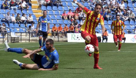 Javi López controla la pilota en el matx que va enfrontar ahir el Lleida i l'Hèrcules.