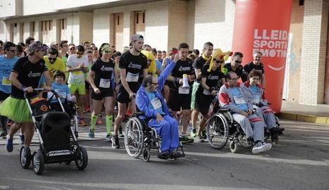 Diversos participants en la sortida de la cursa inclusiva d'1 quilòmetre.