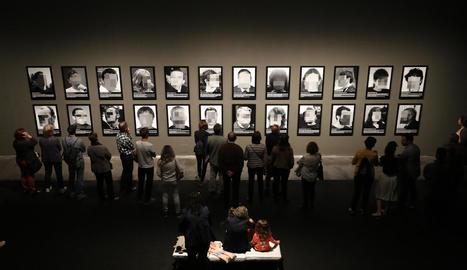 Allau de visitants ahir l'últim dia de la mostra de Santiago Sierra sobre els presos polítics al Museu de Lleida.