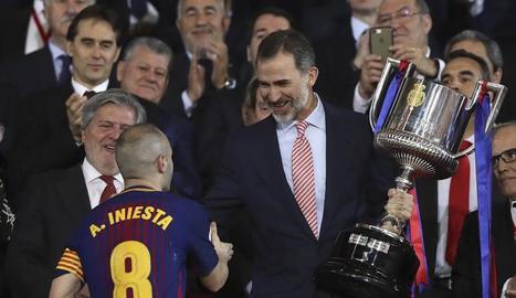 El rei Felip amb la corbata del Sevilla.