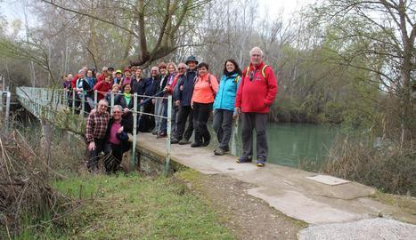 Foto de grup a la Mitjana, abans d'entrar Lleida, final de la ruta del Segre del camí de Santiago, que comença a Llívia.