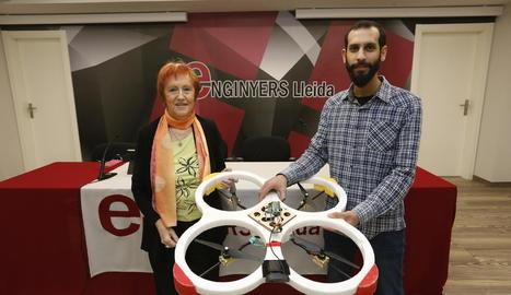 La vicepresidenta d'Enginyers Lleida amb l'alumne premiat.