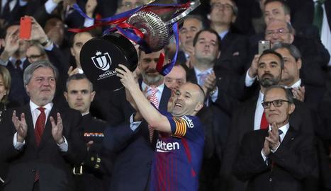 El capità del Barça, Andrés Iniesta, aixecant la copa a la final de la Copa del Rei.
