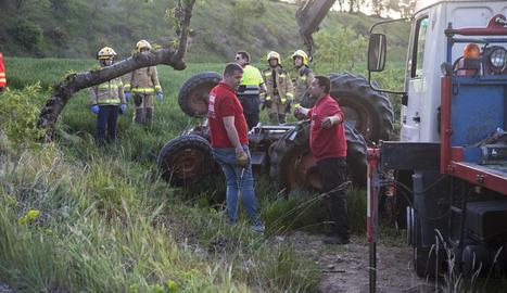 Una grua es va encarregar de retirar el tractor, que va quedar completament bolcat.