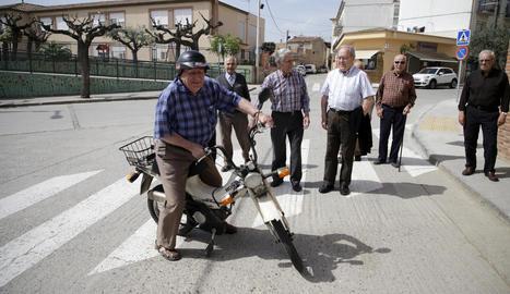 Jubilats d'Anglesola, davant del centre de serveis municipal.