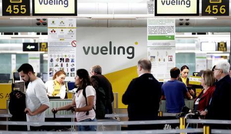 Imatge d'un taulell de facturació de Vueling al Prat.