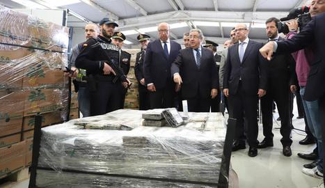 El ministre Zoido va inspeccionar la droga confiscada.