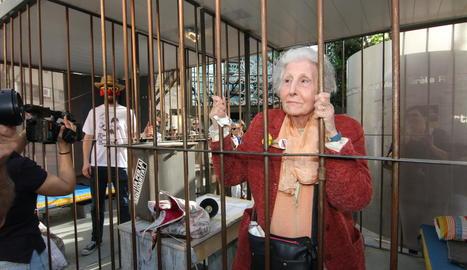 L'escriptora Rosa Fabregat i el Sr. Postu darrere les reixes de la presó simbòlica de l'ANC, Òmnium i el CDR, ahir, a Lleida.