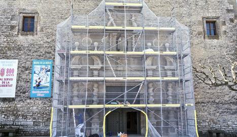 El pòrtic barroc del santuari de Sant Ramon fa dos anys que està cobert amb una malla.