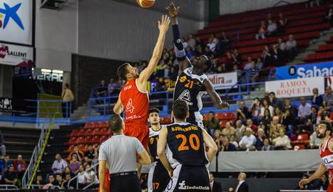 Mbaye i el veterà Trias disputen la pilota en el salt inicial.