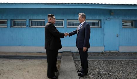Kim Jong-un i Moon Jae-in es donen la mà a la línia de demarcació militar (MDL) entre els dos països.