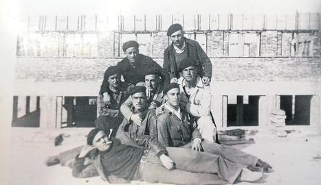 Lluís Carré –el soldat que sosté un gosset– durant la Guerra Civil.