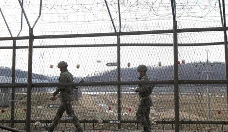 Soldats sud-coreans patrullant a la frontera amb Corea del Nord a la Zona Desmilitaritzada.