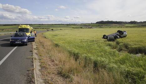 El cotxe va acabar bolcat al mig d'un camp de cereal.