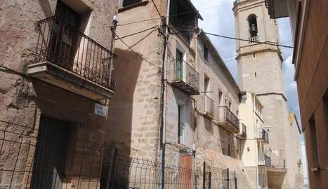 Els habitatges es troben pròxims a l'església local.