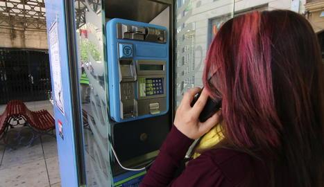 Un dels telèfons públics de pagament que queden a la ciutat de Lleida.