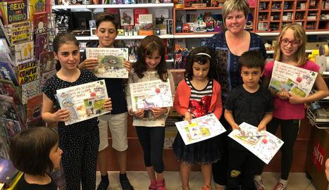 Rosa Marsà posa al costat dels nens i les nenes guanyadors del concurs.