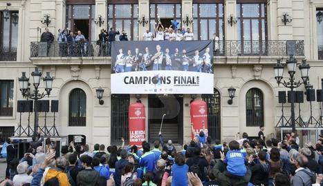 Brinda el trofeu europeu a la ciutat amb una rua i recepcions a la Paeria i la Diputació.