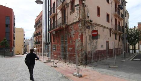 Tanquen un edifici al Barri Antic per seguretat