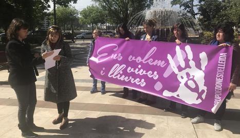 Integrants de Dones de Lleida, ahir, poc abans de presentar la denúncia.
