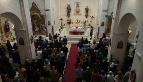 Imatge de l'interior de l'església de Rosselló durant la celebració de les comunions d'ahir.