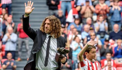 Carles Puyol, ahir a San Mamés amb el trofeu One Club Player que li va entregar l'Athletic.