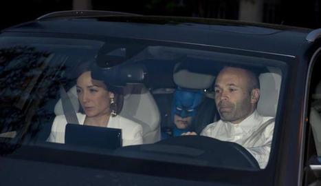 Andrés Iniesta i la seua dona, al cotxe.
