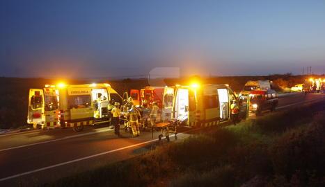 SEM, bombers i Mossos d'Esquadra, treballant per atendre les víctimes del tràgic accident.