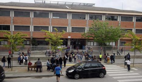 Pares i alumnes ahir a l'hora de la sortida de classe al col·legi Frederic Godàs de Cappont, a Lleida.
