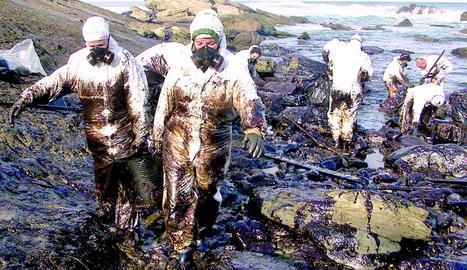 El Prestige inunda Galícia de 'chapapote