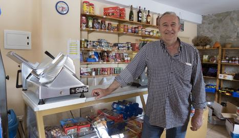 Joan Roca a l'última botiga que queda a Sedó, al municipi de Torrefeta i Florejacs.