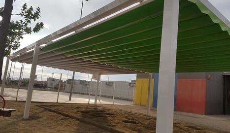Els tendals que s'estan instal·lant al col·legi de Torrefarrera.