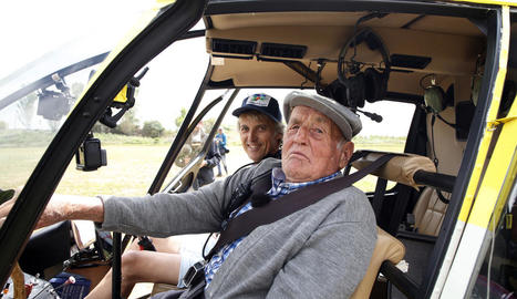Jesús Calleja i el Tato, el veí que ahir el va acompanyar a sobrevolar la comarca en helicòpter.