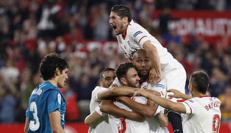 Els jugadors del Sevilla celebren el segon gol, obra de Layún.