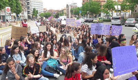 Centenars de joves s'han concentrat a Ricard Viñes.