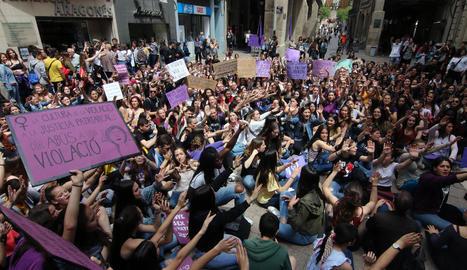 La manifestació va arribar fins a la plaça de la Paeria, on es va llegir un manifest.