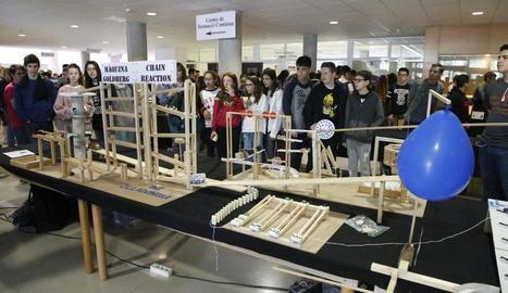 Una maqueta de fusta que segueix una reacció en cadena, obra d'alumnes de l'institut Josep Lladonosa, va ser la que més va atraure.